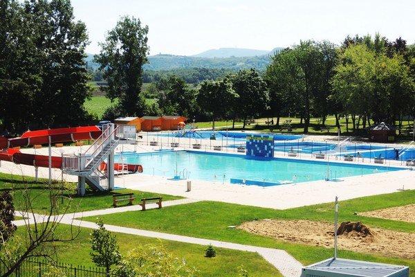 Bazény pod holým nebom otvoria v júni.