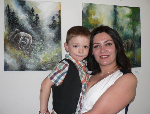 Zuzana Širová s 3,5-ročným synom Alexandrom a svojimi obrazmi.