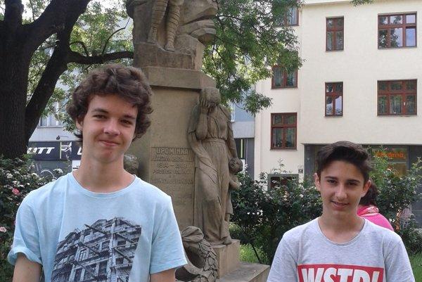 Zľava Matej Machata a Šimon Petro pri pamätníku československých legionárov, kde prebehlo slávnostné otvorenie finále.