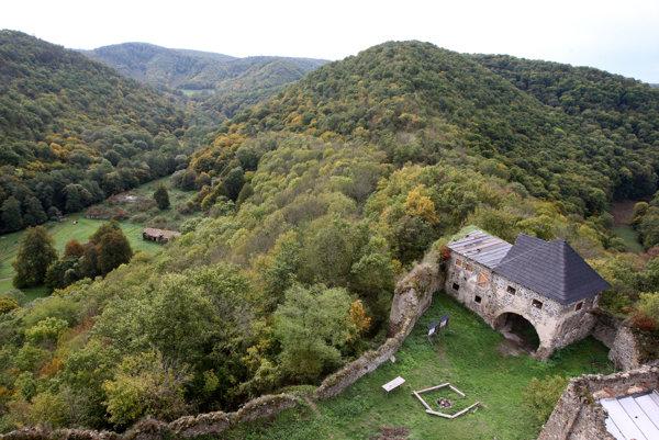 Hrad Čabraď vznikol približne vpolovici 13. storočia.