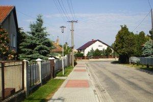 Jedna z upravených ulíc v obci.