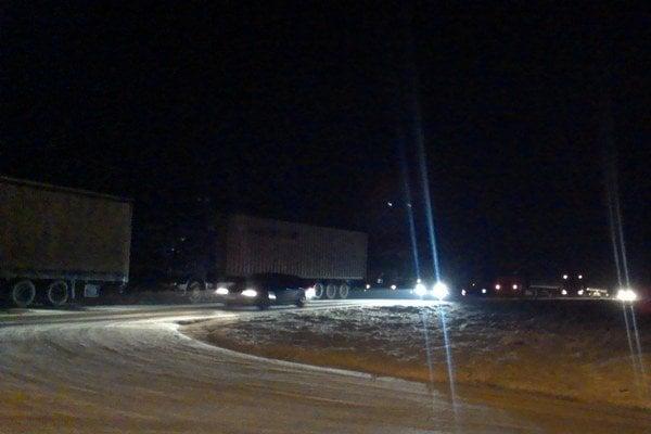 Osobné autá jazdili ďalej, kamióny čakali.