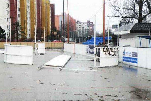 Na novozámockom hokejbalovom ihrisku sa už od nového roku začali rekonštrukčné práce.