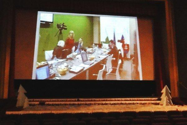 Novozámocká televízia vo verejnom záujme vysiela priame prenosy mestského zastupiteľstva. Verejnosť ich vidí priamo v kinosále.