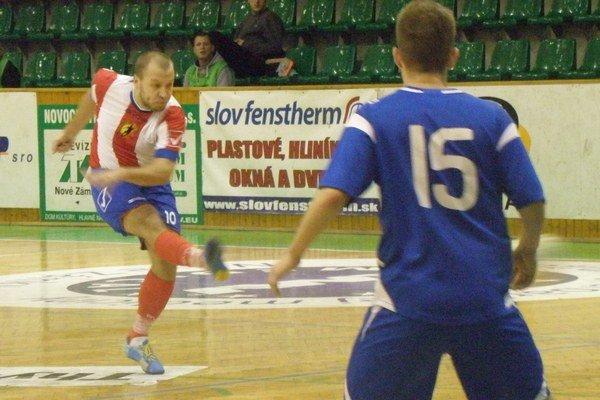 Na fotografii Serbin strieľa prvý gól MFK TW, ktorým znížil na 1:4.