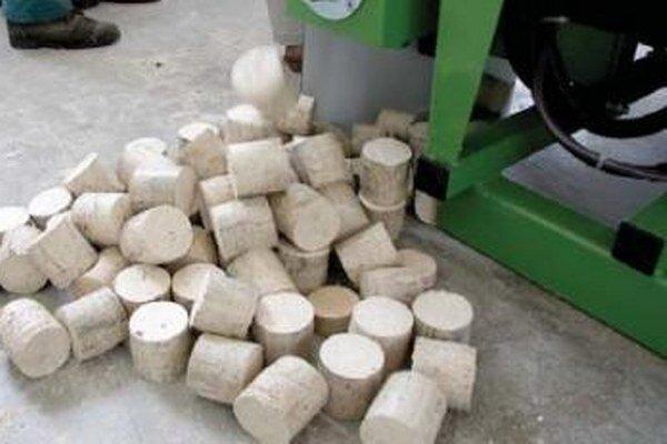 Výroba drevených brikiet.