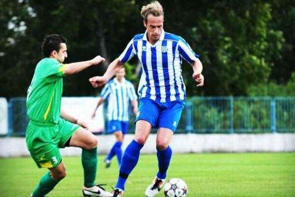 Andrej Ivan (pri lopte) patril  na jeseň medzi šurianske opory. Zo zápasu Šurany - Dvory  6:0 v 8. kole.