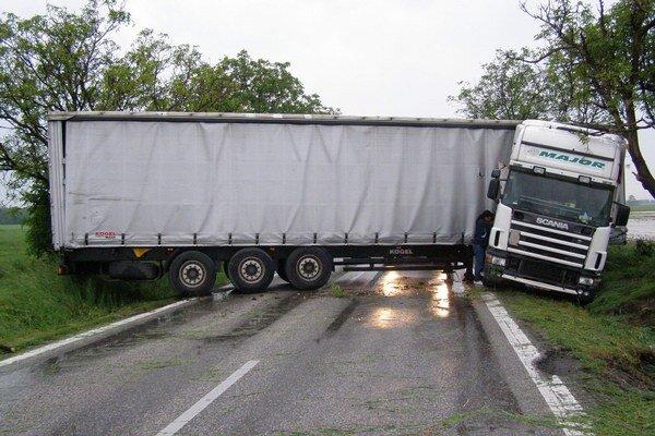 Toto dokáže na juhu vietor. Tento kamión mal šťastie.
