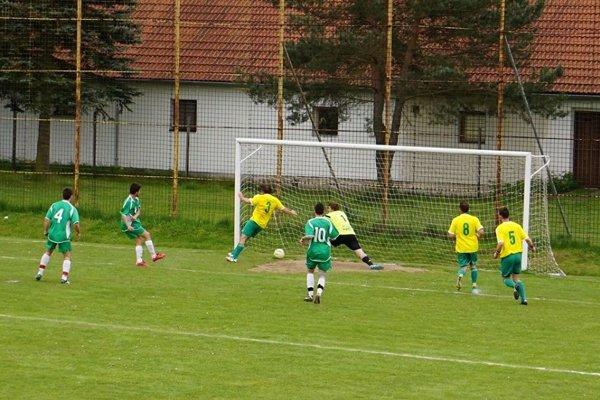 Dobronivčania (v žltom) si zahrajú V. ligu. (Ilustračné foto)