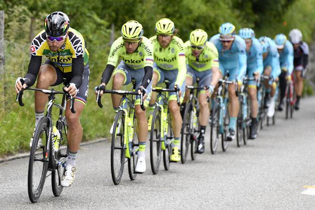 Peter Sagan (vľavo) sa držal so svojimi tímovými kolegami na čele pelotónu.