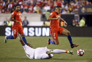 Alexis Sanchez (vpravo) prispel dvoma gólmi k výhre Čile.