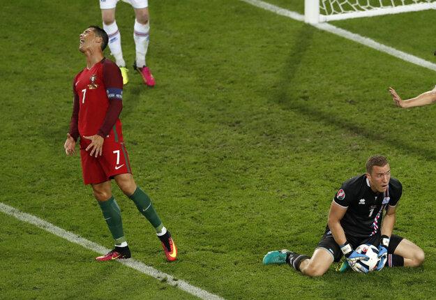 Cristiano Ronaldo (vľavo) a islandský brankár Hannes Halldorsson.