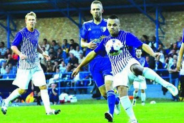 Futbalisti Komárna (vo fialovo-bielych dresoch) dokázali v sobotu zvíťaziť v Gabčíkove 3:2, hoci hrali viac ako polovicu zápasu o desiatich.