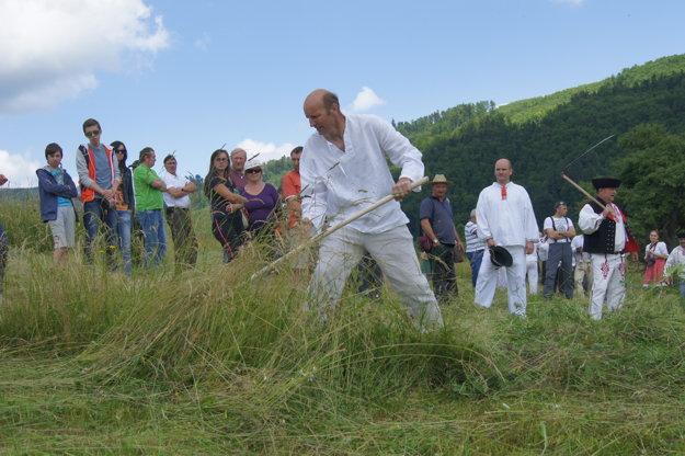 Rudolf Kluchťák počas súťaže v kosení.