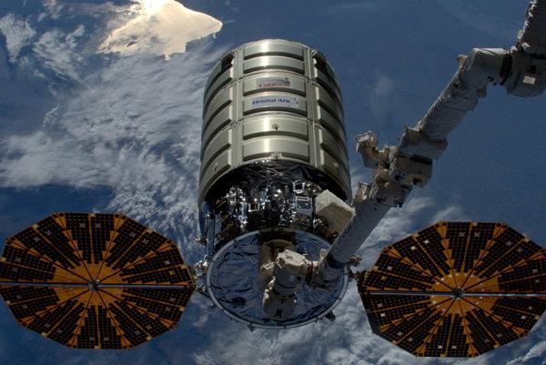 Najväčší vesmírny oheň založili na palube nákladnej lode Cygnus.