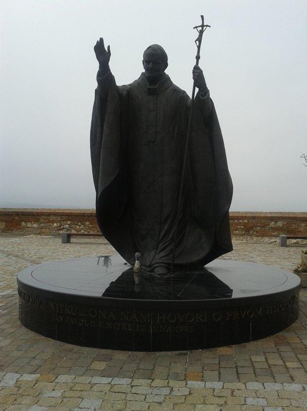 Sochu pápeža Jána Pavla ll. postavili na nádvori Nitrianskeho hradu na pamiatku jeho návštevy mesta v júni roku 1995.