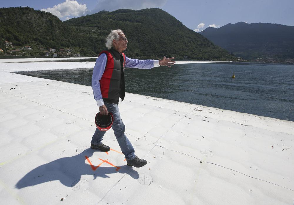 Umelec Christo Vladimirov Javačev kráča 8. júna po svojej inštalácii s názvom
