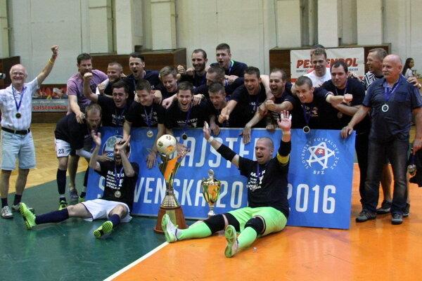 V športovej hale Mladosť sa zo zisku majstrovskej koruny tešili futbalisti ŚK Across Pinerola Bratislava.
