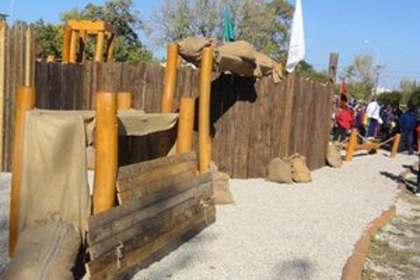 Vlani sa v okolí detského ihriska v Bernolákovom parku uskutočnila historická bitka s Turkami.
