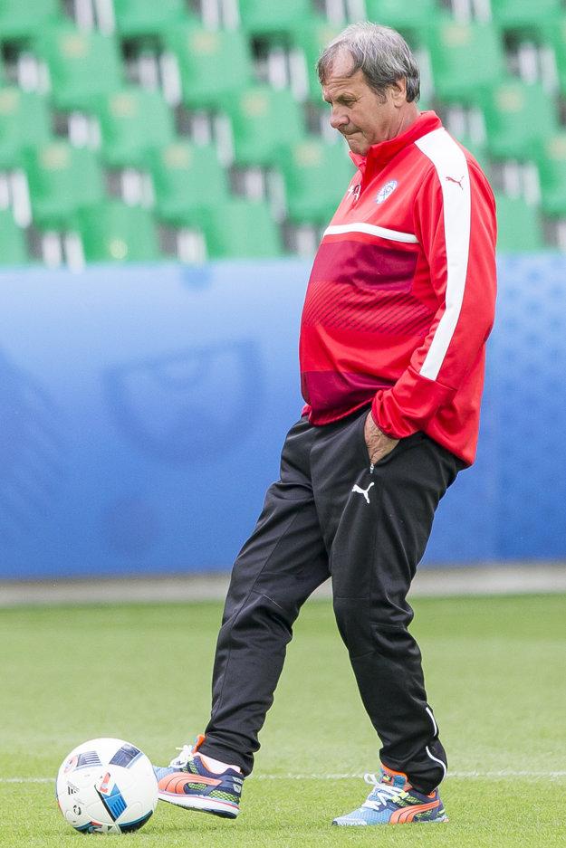 Ján Kozák uvažuje počas nedeľňajšieho tréningu Slovenska pred zápasom s Anglickom.