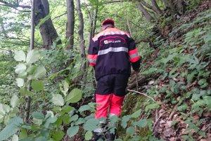 V ťažkom teréne neustále hrozilo nebezpečenstvo pošmyknutia a pádu.