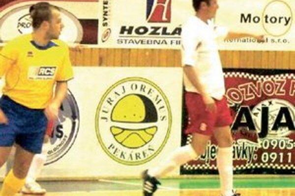 Marek Horňáček (v bielom) je platný na ihrisku i na lavičke.