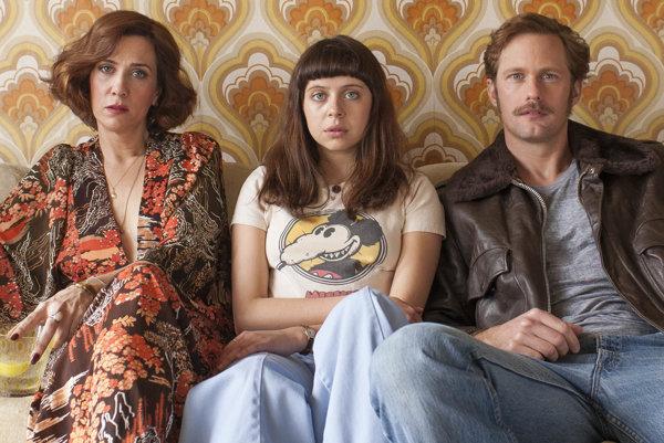 Kristen Wiig, Bel Powley a Alexander Skarsgård vo filme Denník pubertiačky.