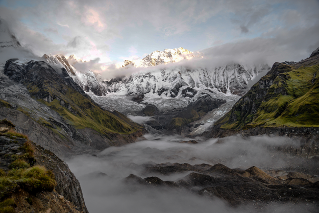 Annapurna v Himalájach. Základný tábor s výhľadom na údolie.
