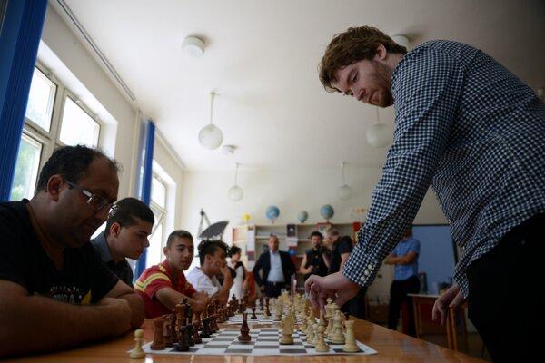 Bola to šachová partia, ako sa patrí.