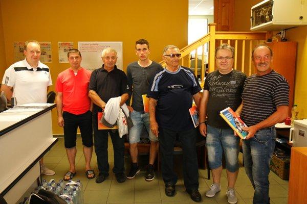 Zľava: Marián Rybár (sponzor), Emil Rolinec, František Vážan, Branislav Zaťko, Milan Šuhajda, Dalibor Perniš aStanislav Buzna st.