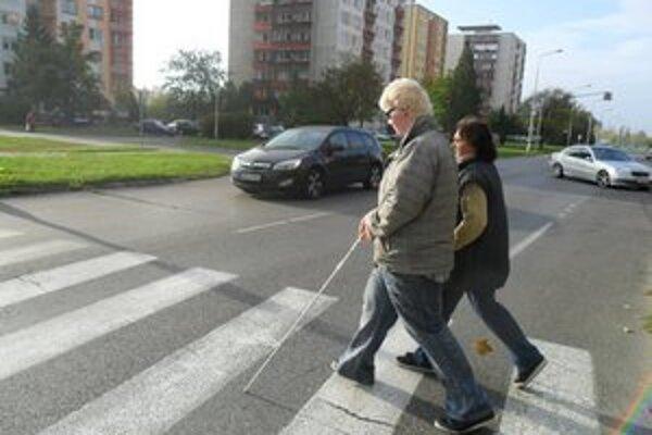 Nevidiacim nedalo prednosť takmer 30 percent vodičov.