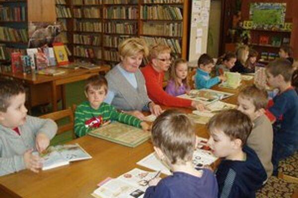 Namiesto školy išli deti do knižnice.