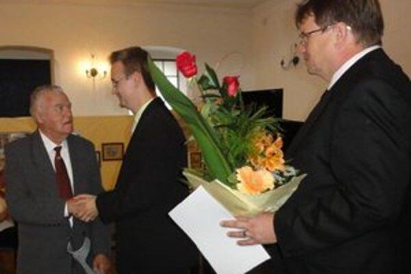 Jubilantovi blahoželá správca múzea Miroslav Eliáš a viceprimátor mesta Igor Bartovič.