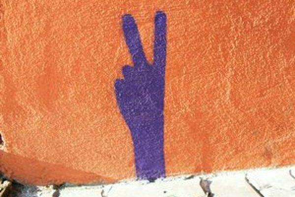 Gesto vztýčených prstov je kultúrne podmienené, na Slovensku by takto mali pútať pozornosť skinheadi.