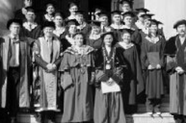 Promócia prvých absolventov britského programu MBA na Univerzite Mateja Bela vBanskej Bystrici. Zúčastnil sa jej aj Neil Norman (tretí zľava), rektor Univerzity NottinghamTrend Univesity.