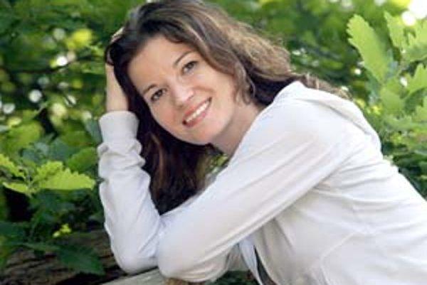 Viki Ráková sa narodila 15. marca 1981 v Rimavskej Sobote. Je absolventkou VŠMU, niekoľko rokov pôsobila v maďarskom národnostnom divadle Thália v Košiciach. Známou sa stala vďaka postave Ildikó z televízneho sitcomu Markízy Susedia. S Jurajom Šoltésom tv