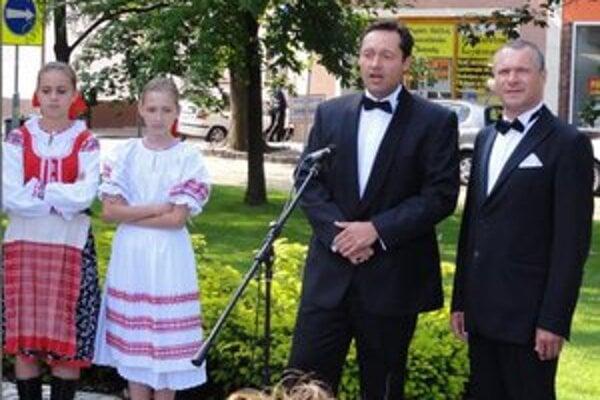 Na slávnostnom otvorení na námestí vystúpili aj operní speváci O. Klein a M. Babjak.