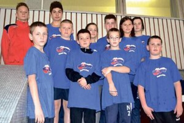 Mladí plavci z Nových Zámkov po pretekoch v Bratislave.