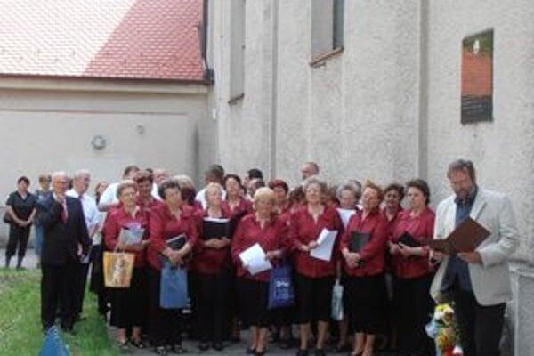 Pri kostole s pamätnou tabuľou J. Holčeka.