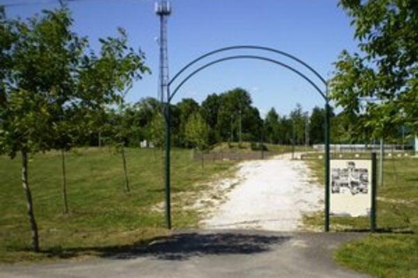 Vchod do parku vo Veľkom Kýre.