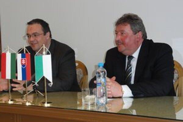 C. Balogh (vľavo) počas tlačovky s primátorom G.Pischingerom.