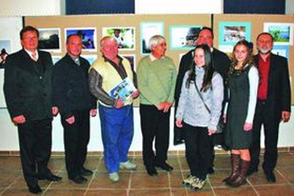 Z vernisáže výstavy - viceprimátor mesta s ocenenými a porotcami súťaže.