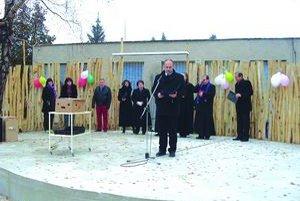 Na slávnostnom otvorení. Starosta obce István Domin počas slávnostného príhovoru.