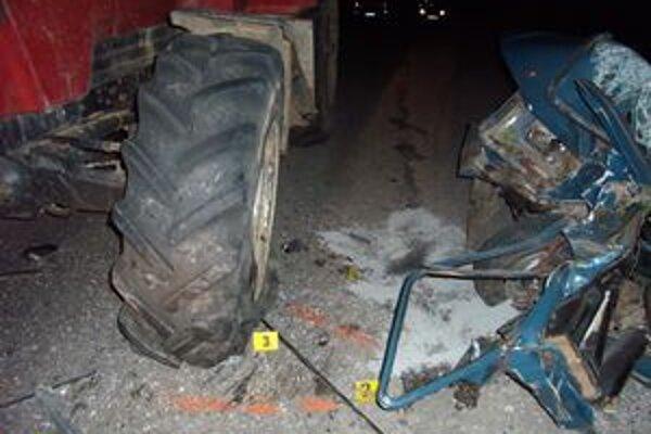 Škodovka narazila do traktora. Vodič neprežil.