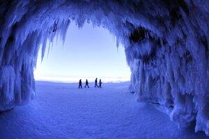 Ľudia kráčajú popri ľadových jaskyniach v národnom parku vo Wisconsine. (AP Photo - Brian Peterson)