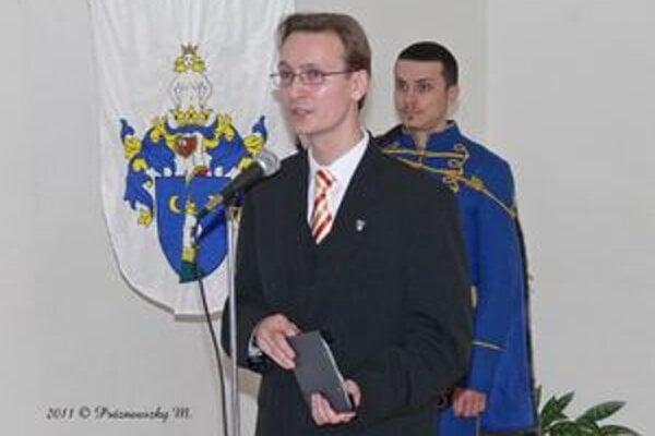Správca šurianskeho múzea Miroslav Eliáš predstavuje svoju knihu. Foto: Mikuláš Práznovszky