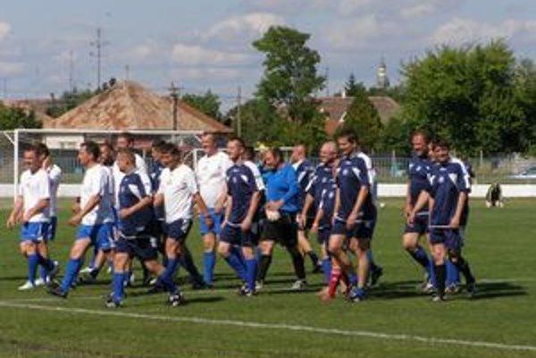 Družstvá osobností a podporovateľov šurianskeho futbalu.