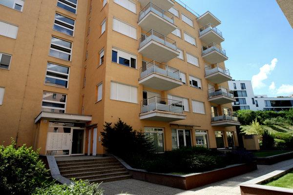 Podpredseda parlamentu Martin Gvláč zo Smeru býva v bytovom komplexe na Tupého ulici v Bratislave. Byt tam vlastní aj podnikateľ Ladislav Bašternák.