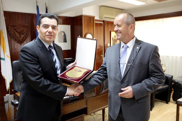 Minister obrany SR Peter Gajdoš a jeho cyperský rezortný kolega Christoforos Fokaides počas ministrovej návštevy na Cypre.