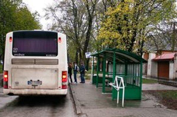 Na zastávke. Patrik šikanoval aj deti, ktoré do školy dochádzali autobusom. Pýtal si od nich vreckové.